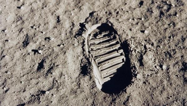 След астронавта на Луне
