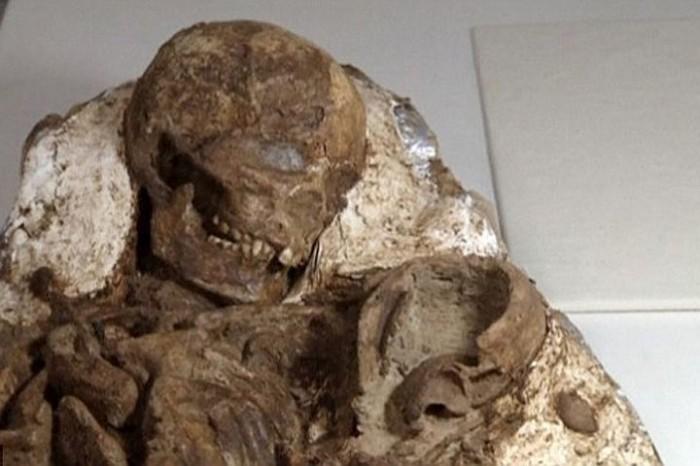 5 тысяч лет женщина прижимает к себе ребёнка